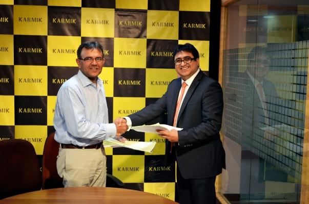 Agreement signing between Sheikh Aftab Arshad & Pradeep Hirani