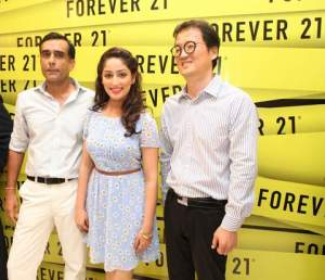 Mr, Timmy Sarna, MD, DLF Brands, actress Yaami Gautam, Mr. Alex OK, Global Director, Forever 21 at the store launch