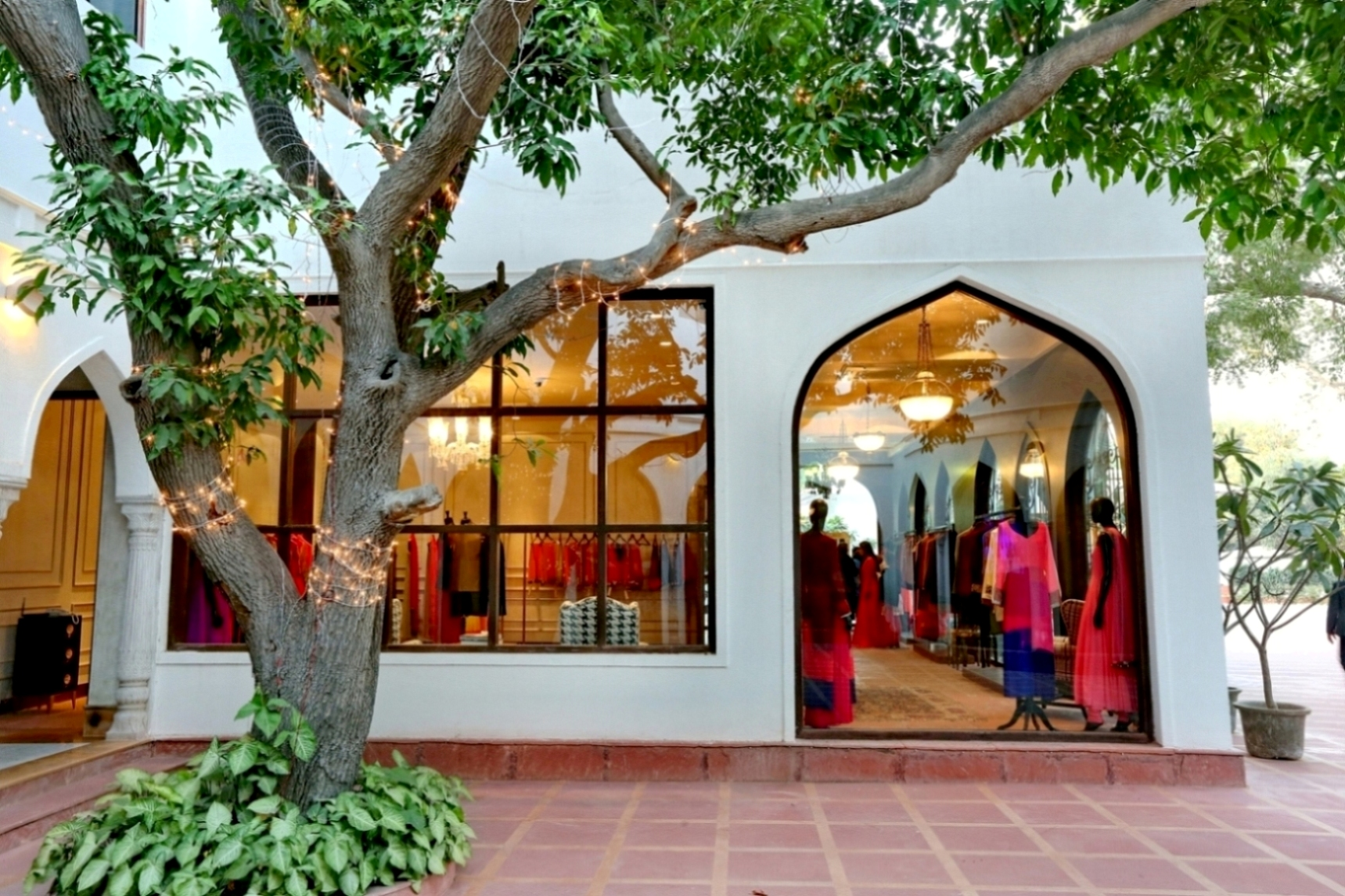 Manish malhotra opens flagship store in delhi igrow for Exterior standalone retail